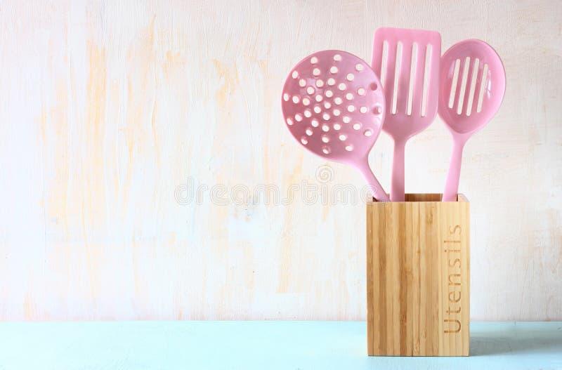 Утвари кухни над деревянной текстурированной предпосылкой стоковые изображения rf