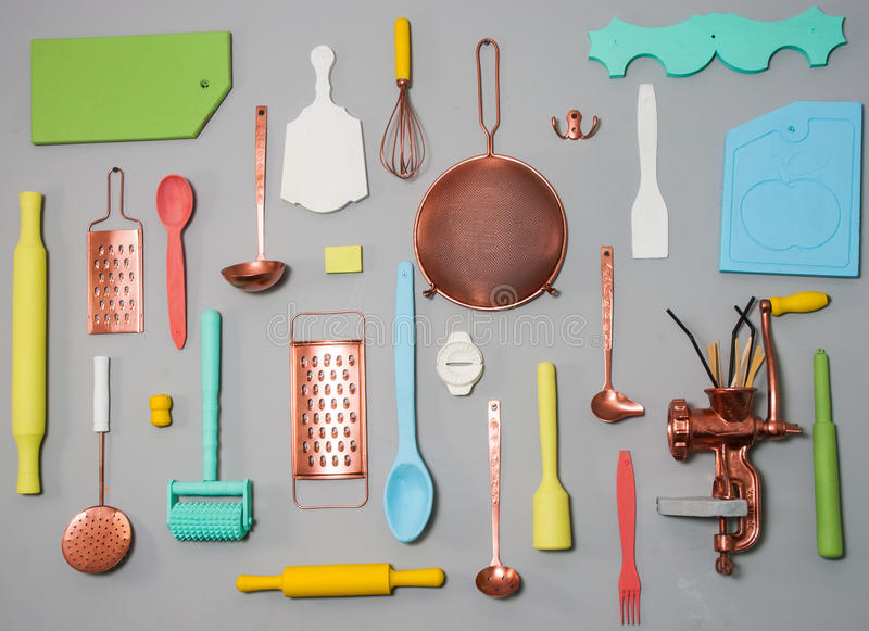 Утвари кухни на светлой деревенской деревянной предпосылке комплект оборудования и столового прибора стоковое фото