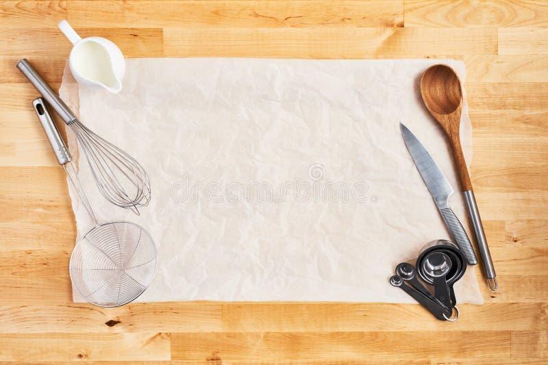 Утвари кухни на скомканной части печь бумаги стоковое изображение