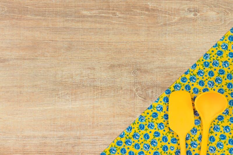 утвари кухни установленные Салфетка ткани цветка картины на пустом wo стоковая фотография rf