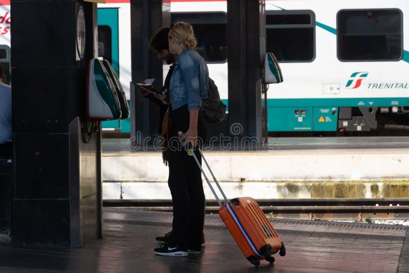 Утверждающ билеты перед принимать поезд стоковые изображения rf