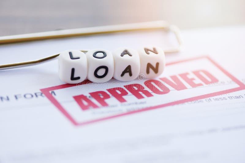Утверждение кредита/финансовая форма заявки на кредит для кредитора и заемщик для имущества инвестиционного банка помощи стоковое изображение rf