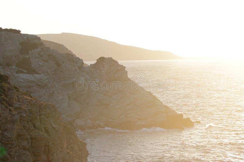 Утесистое побережье на заходе солнца стоковые фотографии rf
