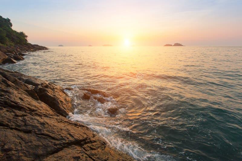 утесистый заход солнца seashore Природа стоковые изображения