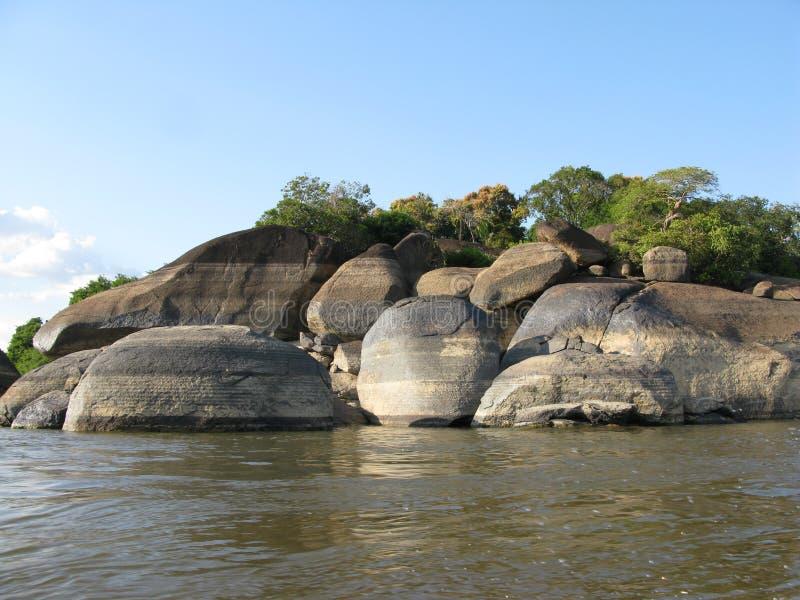 Утесы в засушливом сезоне в положении Венесуэле Рекы Orinoco Puerto Ayacucho Amazonas стоковое фото rf