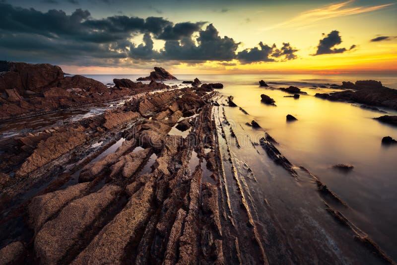 Утесы в море на заходе солнца Побережье Италия Тосканы стоковые изображения