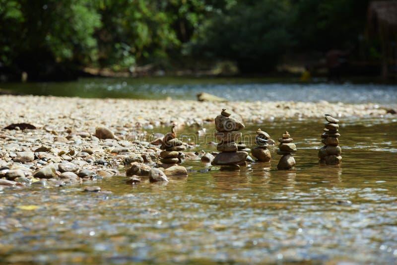 Утесы в чистой воде стоковые изображения rf