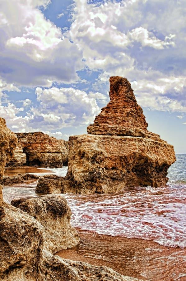 Утесы и бухточки в пляже стоковое изображение rf