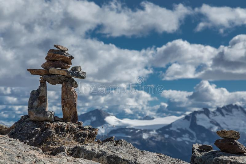 Утесы и горный вид Inukshuk стоковые изображения rf