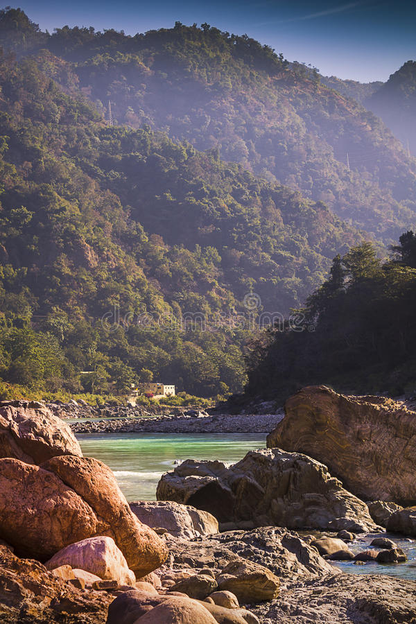 Утесы и горы в Rishikesh стоковая фотография rf