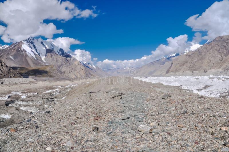 Утесы и горы стоковое изображение rf