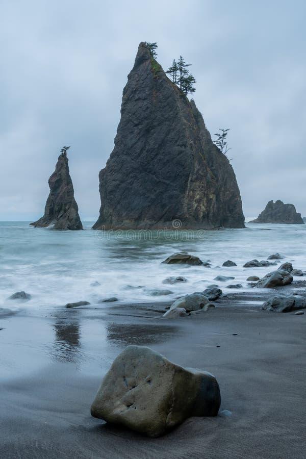 Утесы и долгая выдержка стога моря стоковое фото rf