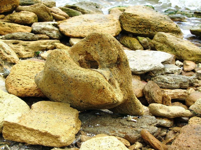 Утесы и камешки на пляже стоковые фотографии rf