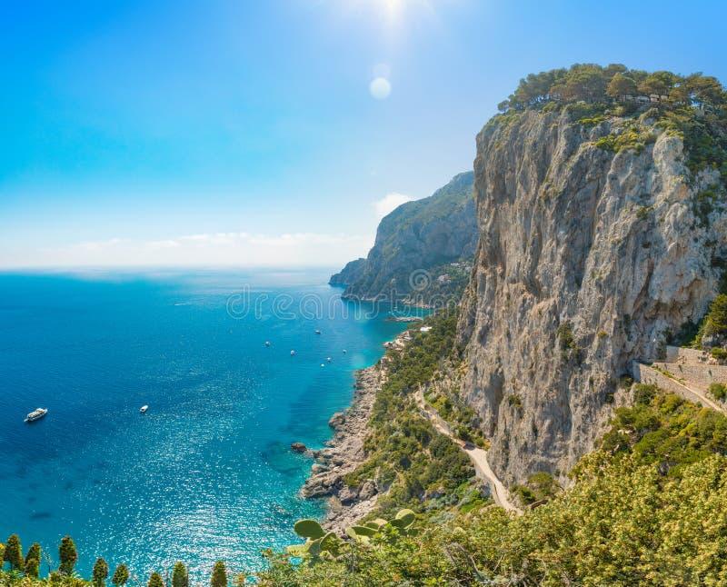 Утесы и море в Капри, Италия стоковая фотография rf