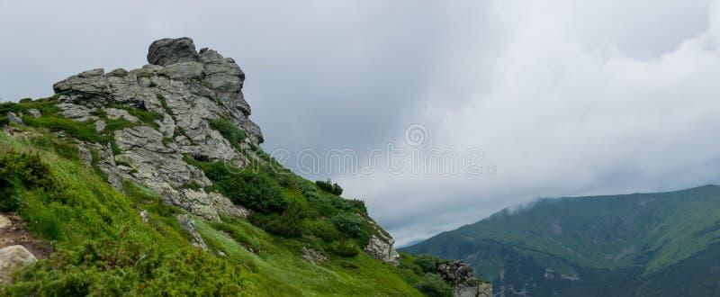 Утесы и туманная панорама горных склонов стоковые изображения rf