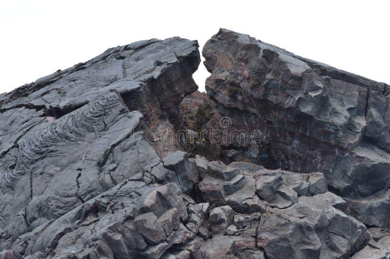 Утесы лавы рядом с извергать вулкан стоковое фото