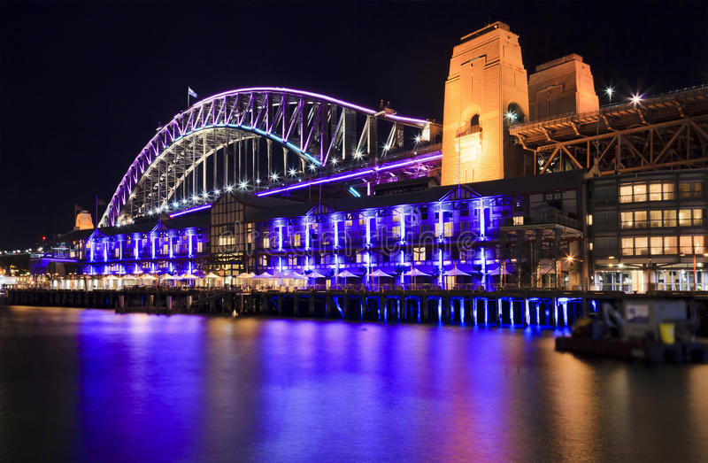 Утесы моста Сиднея яркие стоковая фотография rf
