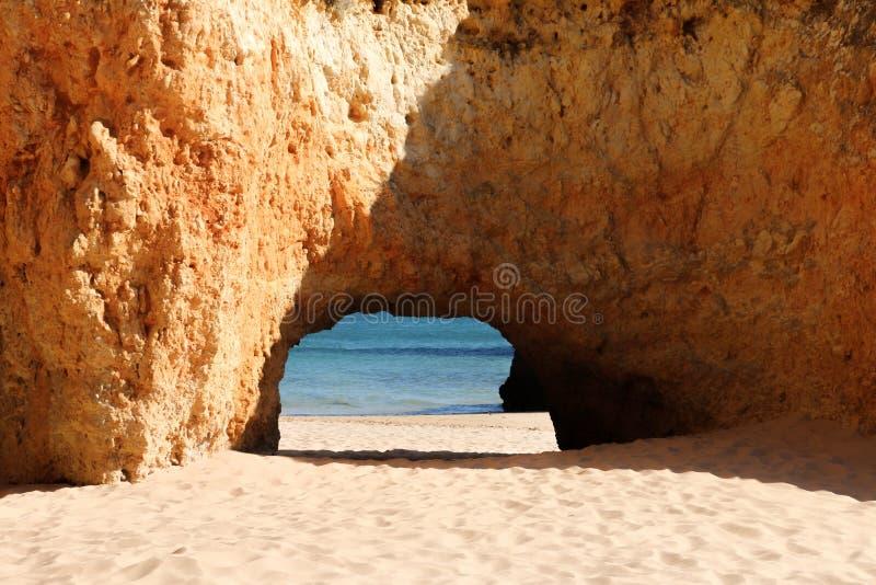 Утесы на пляже Alvors стоковая фотография