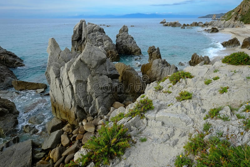 Утесы на среднеземноморском seashore стоковые фото