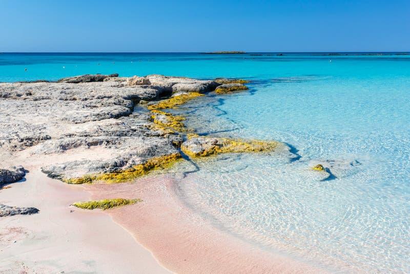 Утесы около берега на Elafonisi приставают к берегу Крит Греция стоковая фотография rf