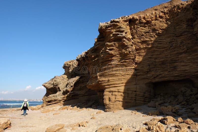 Утесы пляжа Palmachim сценарные стоковые фото