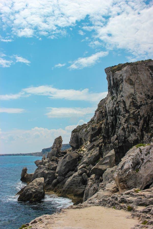 Утесы побережья Favignana стоковые изображения rf