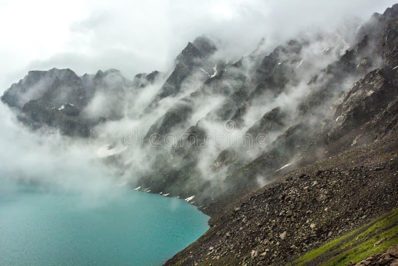 Утесы покрытые облаками стоковое фото rf