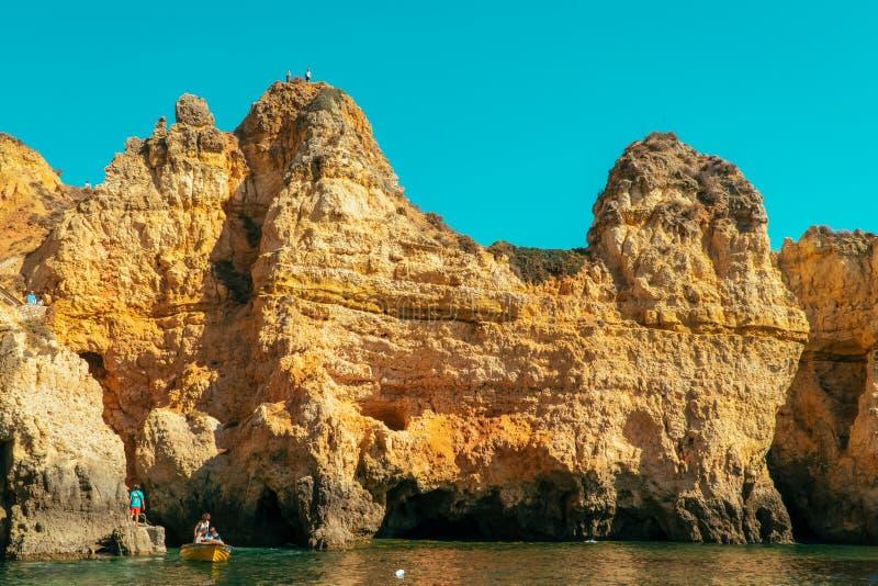 Утесы, скалы и ландшафт океана на побережье залива Лагоса в Алгарве, Португалии стоковая фотография rf