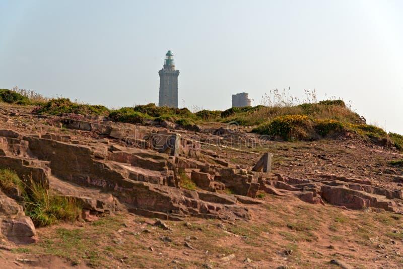 Утесы с маяком на накидке Frehel brittani стоковые изображения