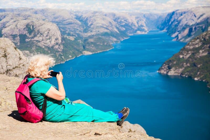Утес амвона с старшей женщиной стоковая фотография rf