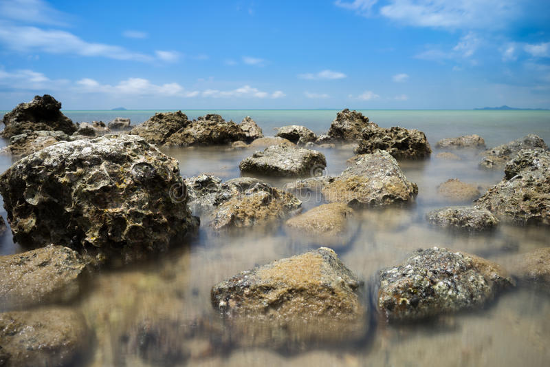 Утес Брайна на голубом море стоковое фото rf