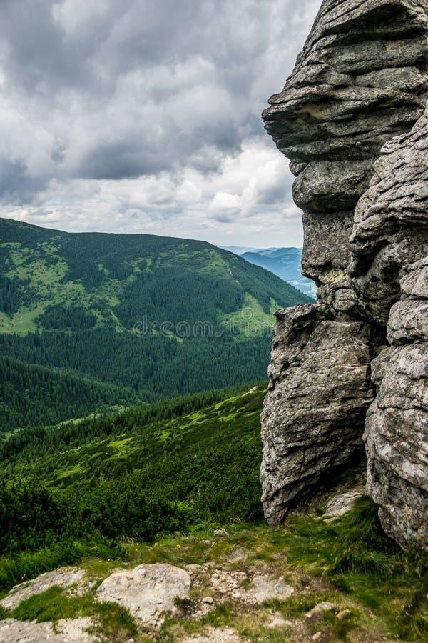 Утес в горах стоковая фотография rf