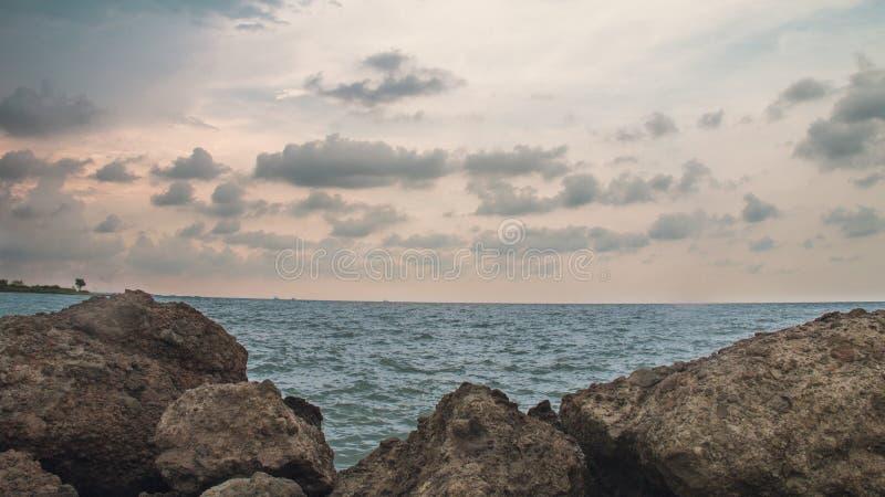 Утес в пляже, на пляже Semarang Индонезии 3 Марины стоковое фото rf