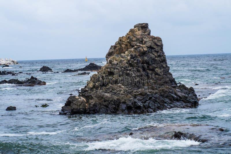 утес в середине моря стоковое изображение rf