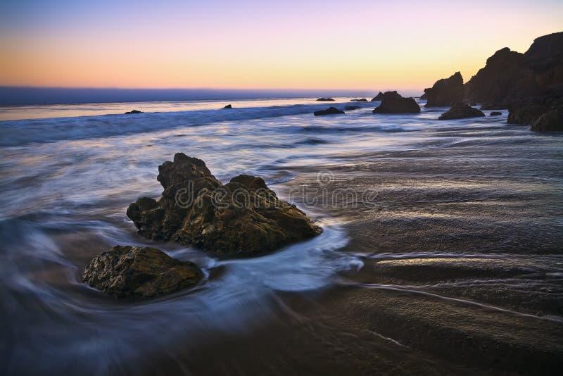 Утес громоздк в пляже Malibu стоковые изображения