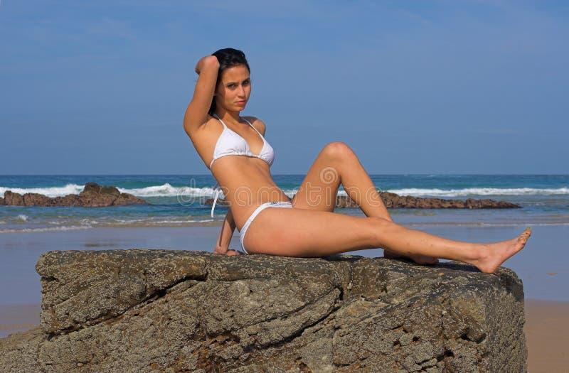 Download утес девушки пляжа стоковое фото. изображение насчитывающей ослабьте - 1197476