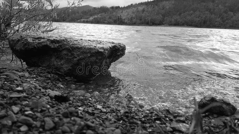 Утес и вода стоковое фото