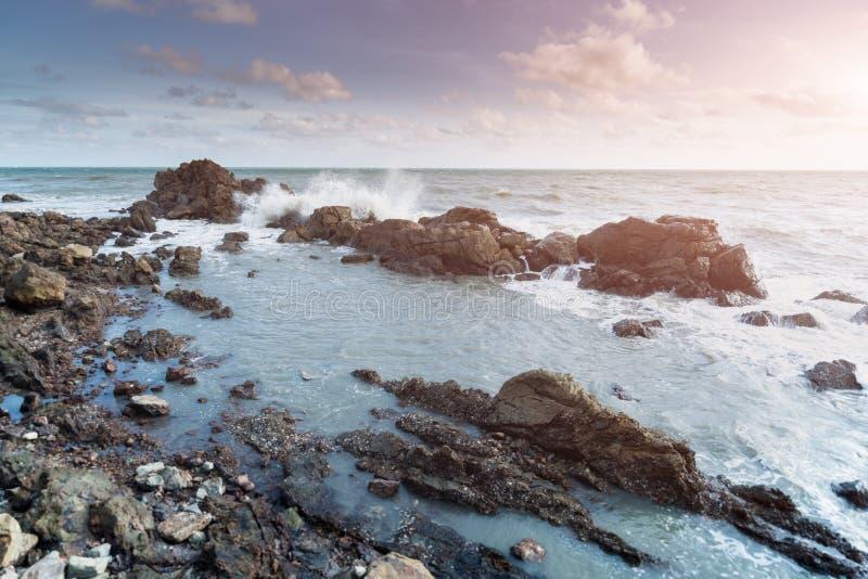 Утес и волна моря стоковая фотография rf