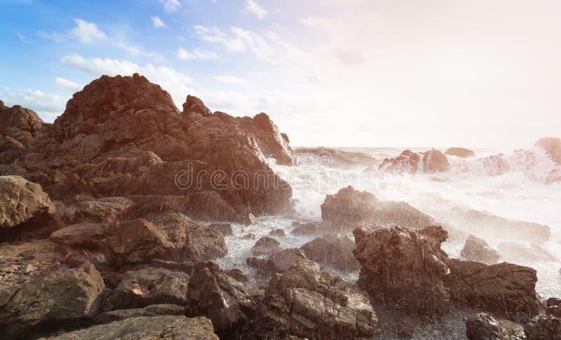 Утес и волна моря стоковое фото