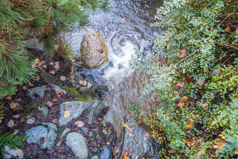 Утес и водопад 2 стоковые фотографии rf