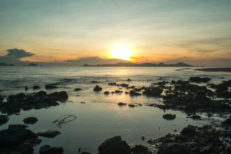 Утес и море стоковое фото