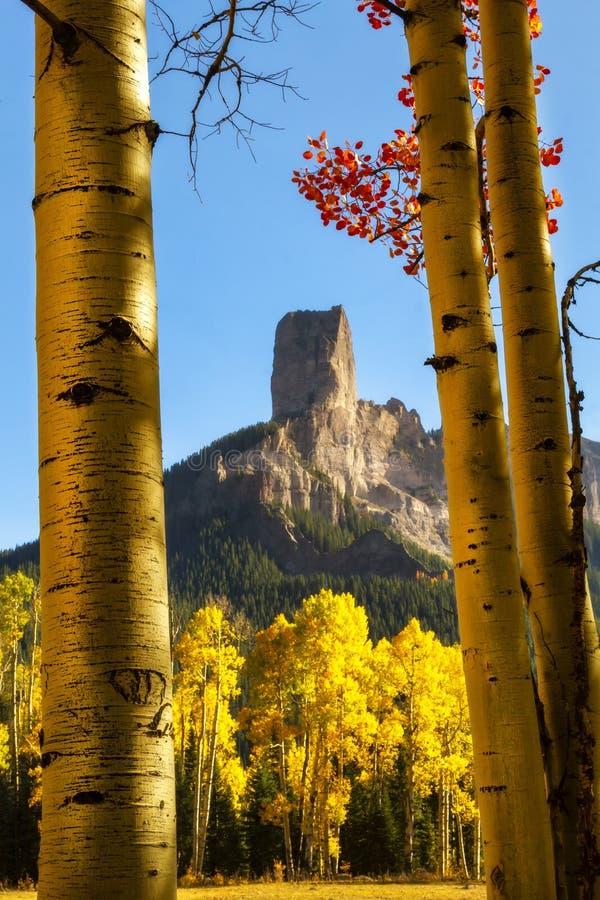 Утес камина осмотренный через золотые деревья Aspen стоковая фотография rf