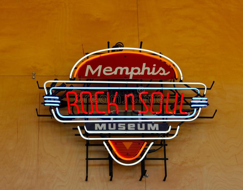 Утес Мемфиса и неоновая вывеска музея души на приветственном центре Мемфиса стоковые фото