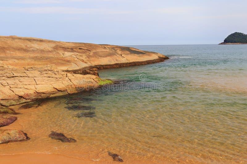 Утес на Прая пляжа делает Cepilho, Trindade, Paraty, Бразилию стоковые фотографии rf
