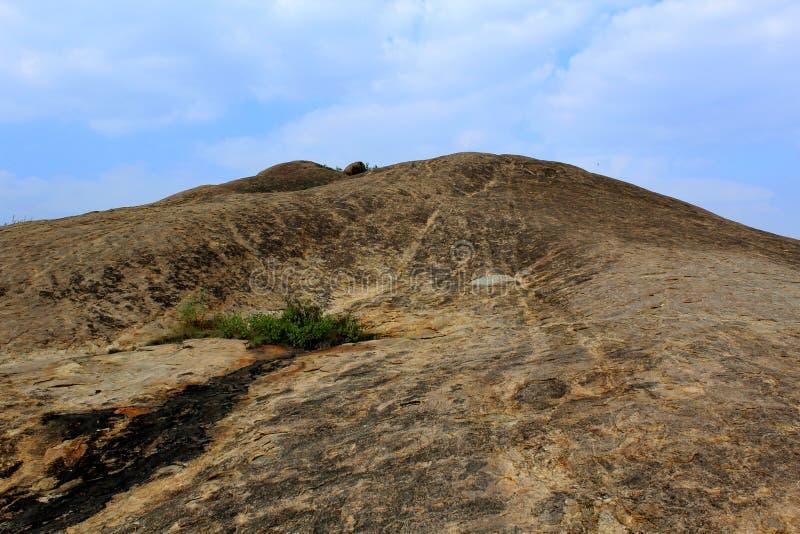 Утес с ландшафтом холма голубого неба sittanavasal стоковая фотография rf