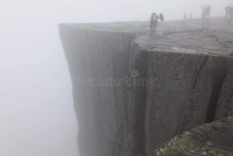 Утес Preikestolen принятый в глубокий туман, фьорд Норвегии стоковые фотографии rf