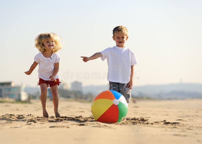 Утеха шарика пляжа стоковая фотография rf