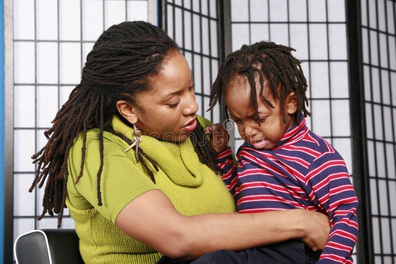 утешать ее сынка мати стоковая фотография