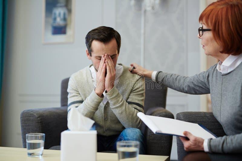Утешать расстроенного пациента стоковое изображение