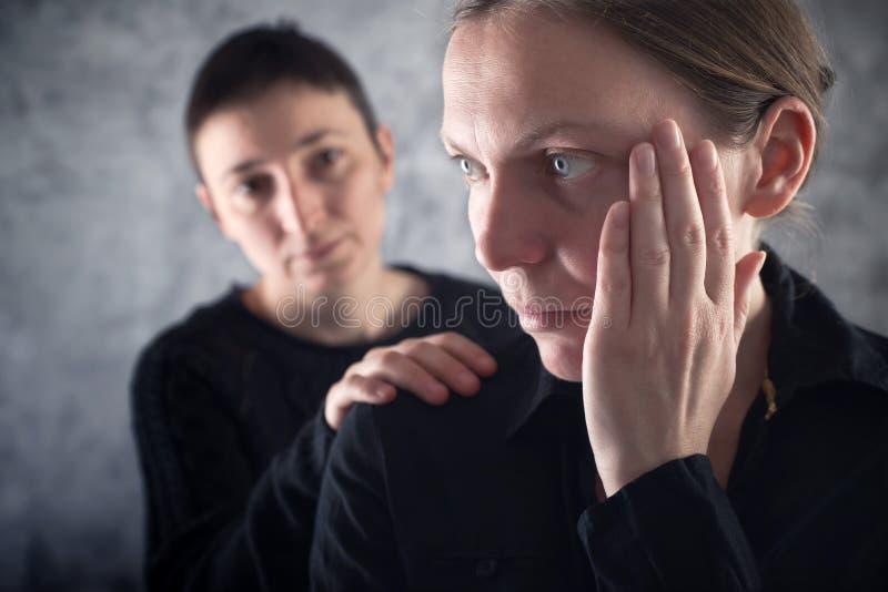 Утешать друга. Женщина утешая ее унылого друга. стоковые изображения